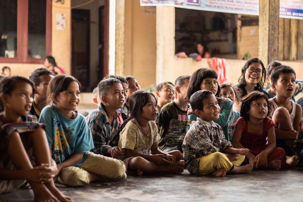 Escola amb nens a l'Àfrica - Photo by yannis a - Unsplash